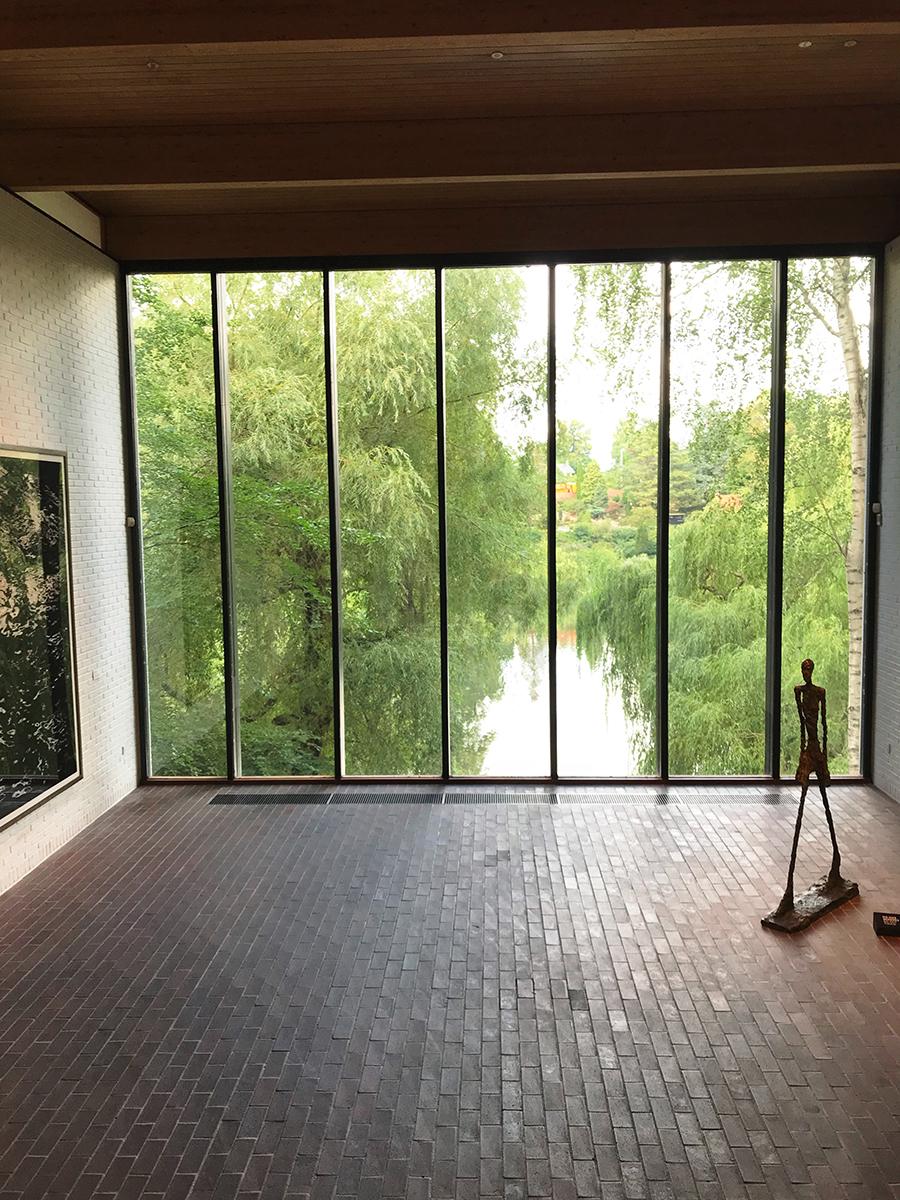 Aussicht nach Draußen aus dem Giacometti Raum im Louisiana Museum