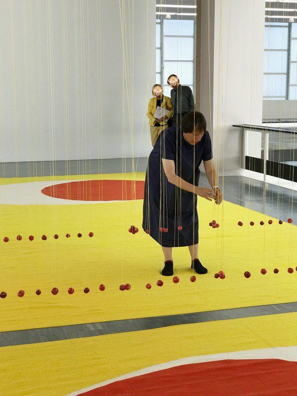 Polly Apfelbaum rückt ihr Kunstwerk zurecht