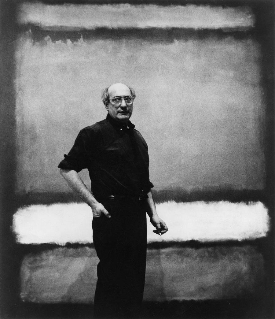 """Mark Rothko vor dem Werk """"No. 7"""",1960 Foto: Regina Bogat zugeschrieben © 2005 Kate Rothko Prizel & Christopher Rothko/Bildrecht Wien, 2019"""